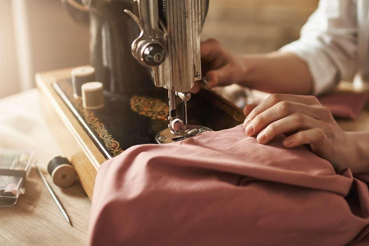 دوخت لباس با چرخ خیاطی و پارچه