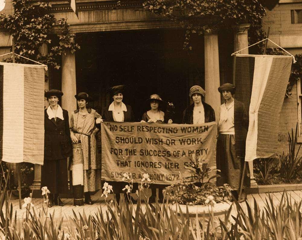 عکسی قدیمی از زنان مبارز برای احقاق حقوق