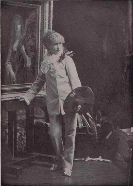 اولین زن با کت شلوار