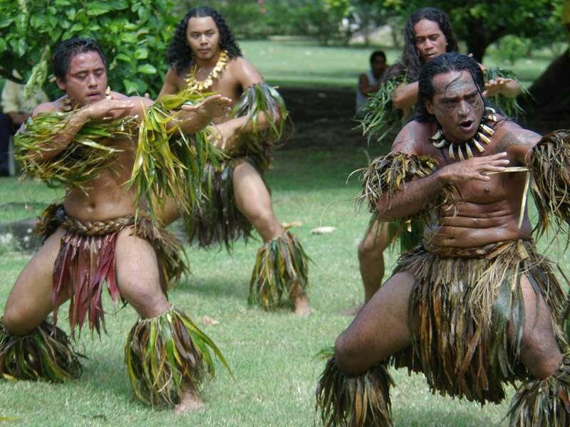 مردان جزیره نشین در پوشاک سنتی
