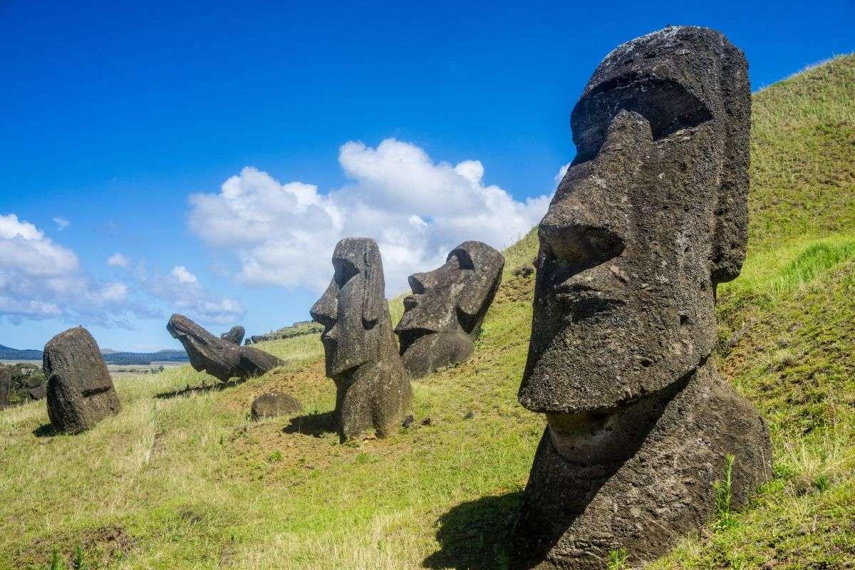 تصویری از مجسمههای موآی، واقع در راپانویی، شیلی